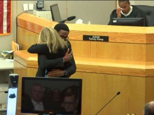 guyger-hugging-01-abc-jt-191002_hpMain_4x3_992